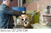 Купить «Turning works. The turner makes a metal part on a mechanical lathe.», видеоролик № 27219134, снято 15 июня 2017 г. (c) Андрей Радченко / Фотобанк Лори