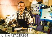 Купить «Laughing man worker displaying his workplace», фото № 27219954, снято 2 февраля 2017 г. (c) Яков Филимонов / Фотобанк Лори