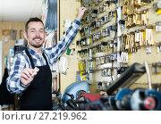 Купить «Worker demonstrating newly shaped key», фото № 27219962, снято 2 февраля 2017 г. (c) Яков Филимонов / Фотобанк Лори