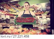 Купить «seller with crate filled with fresh tomatoes», фото № 27221458, снято 14 октября 2017 г. (c) Яков Филимонов / Фотобанк Лори