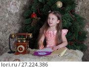 Купить «Девочка пишет письмо деду Морозу», фото № 27224386, снято 11 декабря 2016 г. (c) Марина Володько / Фотобанк Лори