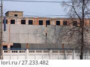 Купить «Пустые черные окна промышленного корпуса закрытого завода сельскохозяйственного машиностроения имени Ухтомского за бетонным забором», фото № 27233482, снято 11 марта 2017 г. (c) Наталья Николаева / Фотобанк Лори