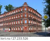 Купить «Четырёхэтажный трёхподъездный кирпичный жилой дом, построен в 1903 году (бывший доходный дом). Аптекарский переулок, 5/21. Басманный район. Город Москва», эксклюзивное фото № 27233526, снято 16 августа 2008 г. (c) lana1501 / Фотобанк Лори