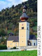 Церковь св. Иоанна в альпийской деревне Обермилльштатт, штат Каринтия, Австрия (2017 год). Стоковое фото, фотограф Bala-Kate / Фотобанк Лори