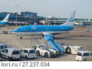 AMSTERDAM, NETHERLANDS - SEPTEMBER 29, 2017: Boeing 737-700 (PH-BGU) operated by KLM Royal Dutch Airlines in the Schiphol airport. Редакционное фото, фотограф Виктор Карасев / Фотобанк Лори