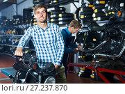 Купить «man customer buying motorcycle», фото № 27237870, снято 13 декабря 2017 г. (c) Яков Филимонов / Фотобанк Лори