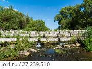 Concrete blocks lying on a small river - dam. Стоковое фото, фотограф Володина Ольга / Фотобанк Лори