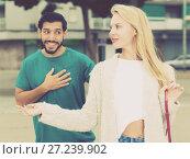 Купить «Female is talking with latino male», фото № 27239902, снято 10 августа 2017 г. (c) Яков Филимонов / Фотобанк Лори