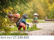 Купить «Москва, Ясенево, улица Рокотова, скульптура ёжик с корзинкой», фото № 27240602, снято 15 октября 2017 г. (c) Dmitry29 / Фотобанк Лори