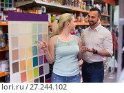 Купить «couple selectibg paint color», фото № 27244102, снято 10 июля 2020 г. (c) Яков Филимонов / Фотобанк Лори