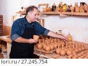 Купить «Master among the pottery», фото № 27245754, снято 12 октября 2016 г. (c) Яков Филимонов / Фотобанк Лори
