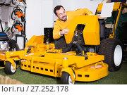 Купить «attractive man deciding on best lawnmower in garden equipment shop», фото № 27252178, снято 2 марта 2017 г. (c) Яков Филимонов / Фотобанк Лори