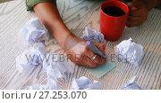 Female executive writing on sticky notes while having coffee 4k . Стоковое видео, агентство Wavebreak Media / Фотобанк Лори