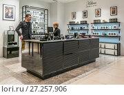 Купить «Парфюмерный бутик в ЦУМе», эксклюзивное фото № 27257906, снято 25 ноября 2017 г. (c) Виктор Тараканов / Фотобанк Лори