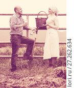 Two cheerful appy farm workers taking a pause. Стоковое фото, фотограф Яков Филимонов / Фотобанк Лори