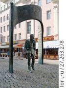Купить «Москва. Памятник Булату Окуджаве», фото № 27263278, снято 9 сентября 2013 г. (c) Зобков Георгий / Фотобанк Лори