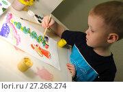 Купить «Мальчик 5 лет рисует красками новогодний рисунок при свете настольной лампы», фото № 27268274, снято 5 декабря 2017 г. (c) Юлия Юриева / Фотобанк Лори