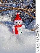 Купить «Christmas Snowman in snow», фото № 27269990, снято 1 марта 2016 г. (c) ElenArt / Фотобанк Лори