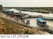 Купить «Boat depart for a boating in Tonle Sap lake. A group of tourists came back from a walk, Cambodia», фото № 27270638, снято 17 февраля 2013 г. (c) Юлия Бабкина / Фотобанк Лори