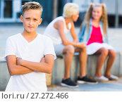 Купить «Offended boy with friends after quarrel», фото № 27272466, снято 27 июля 2017 г. (c) Яков Филимонов / Фотобанк Лори