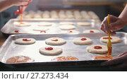 Купить «Cooks prepare a mini pizza, place the tomato paste», видеоролик № 27273434, снято 27 мая 2020 г. (c) Константин Шишкин / Фотобанк Лори