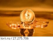Купить «Золотые монеты с символом криптовалюты Эфириум», фото № 27275706, снято 9 декабря 2017 г. (c) Николай Винокуров / Фотобанк Лори