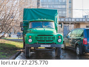 Купить «ЗИЛ-130 (ZIL) бортовой грузовик с тентом на стоянке», фото № 27275770, снято 20 апреля 2016 г. (c) Алёшина Оксана / Фотобанк Лори