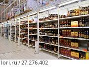 Купить «Торговый стеллаж с коньяком и вином в гипермаркете Карусель», фото № 27276402, снято 16 октября 2017 г. (c) Максим Мицун / Фотобанк Лори