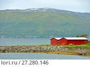 Купить «Тромсё. Северная Норвегия. Красные строения на фоне города на склоне гор», фото № 27280146, снято 16 июля 2016 г. (c) Валерия Попова / Фотобанк Лори