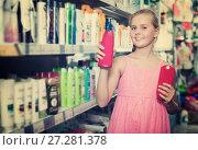 Купить «Smiling girl holding shampoo and conditioner in the hand», фото № 27281378, снято 5 августа 2017 г. (c) Яков Филимонов / Фотобанк Лори