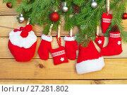 Купить «Ветки новогодней елки и традиционные красные рождественские игрушки ручной работы, висят на веревке на деревянном фоне», фото № 27281802, снято 10 декабря 2017 г. (c) Виктория Катьянова / Фотобанк Лори