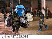 Купить «Player in blue mask is targeting in opponent», фото № 27283094, снято 10 июля 2017 г. (c) Яков Филимонов / Фотобанк Лори