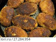 Купить «Румяные котлеты жарятся на сковороде», фото № 27284954, снято 5 декабря 2017 г. (c) Игорь Кутателадзе / Фотобанк Лори