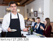 Waiter dissatisfied with small tip from cafe visitors. Стоковое фото, фотограф Яков Филимонов / Фотобанк Лори