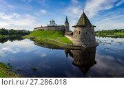Medieval Pskov Kremlin on island (2017 год). Редакционное фото, фотограф Михаил Коханчиков / Фотобанк Лори