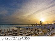 Купить «Красивый закат над городским пляжем, оборудованном солцезащитными зонтиками и шезлонгами», фото № 27294350, снято 9 июня 2017 г. (c) Наталья Гармашева / Фотобанк Лори
