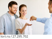 realtor giving keys from new home to happy couple. Стоковое фото, фотограф Syda Productions / Фотобанк Лори