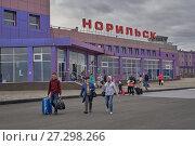 Купить «Пассажиры, выходящие из здания аэропорта города Норильска», фото № 27298266, снято 25 августа 2017 г. (c) Александр Сергеевич / Фотобанк Лори