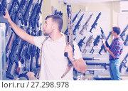 Купить «Man choice pneumatic gun», фото № 27298978, снято 4 июля 2017 г. (c) Яков Филимонов / Фотобанк Лори