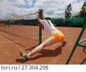 Девушка садится на шпагат у теннисной сетки (2017 год). Редакционное фото, фотограф Скалдина Мария / Фотобанк Лори