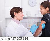 Купить «Doctor makes injection girl», фото № 27305814, снято 25 сентября 2018 г. (c) Яков Филимонов / Фотобанк Лори