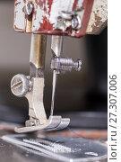 Купить «Лапка швейной машинки крупным планом», фото № 27307006, снято 20 декабря 2015 г. (c) Евгений Ткачёв / Фотобанк Лори