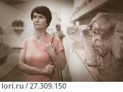 Купить «Adult woman is visiting museum», фото № 27309150, снято 22 октября 2017 г. (c) Яков Филимонов / Фотобанк Лори