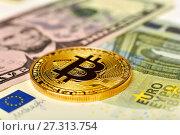 Купить «Монета биткойн, евро и доллары», эксклюзивное фото № 27313754, снято 19 декабря 2017 г. (c) Юрий Морозов / Фотобанк Лори