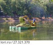 Купить «Рабочий на плавающем экскаваторе очищает от водорослей водоем. Чистые Пруды. Басманный район. Город Москва», эксклюзивное фото № 27321370, снято 14 августа 2008 г. (c) lana1501 / Фотобанк Лори