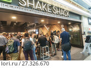 Купить «Throngs of hungry burger lovers and thirsty beer drinkers flock to the Shake Shack in Penn Station in New York on Monday, August 14, 2017 for the happy...», фото № 27326670, снято 14 августа 2017 г. (c) age Fotostock / Фотобанк Лори