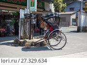 Рикша на улицах города. Вид транспорта, распространенный в Японии. Остров Itsukusima, Япония (2013 год). Редакционное фото, фотограф Кекяляйнен Андрей / Фотобанк Лори