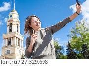 Купить «Молодая счастливая девушка фотографирует себя на фоне российских достопримечательностей», фото № 27329698, снято 17 сентября 2011 г. (c) Кекяляйнен Андрей / Фотобанк Лори