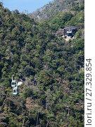 Канатная дорога линии Shishiiwa. Вид на станцию Kayatani и две большие гондолы на середине пути. Остров Itsukusima, Япония (2013 год). Стоковое фото, фотограф Кекяляйнен Андрей / Фотобанк Лори