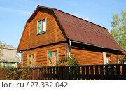 Купить «Двухэтажный деревянный дачный дом», эксклюзивное фото № 27332042, снято 20 сентября 2014 г. (c) Щеголева Ольга / Фотобанк Лори